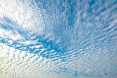 Μπλε ουρανός και χνουδωτά σύννεφα Cirrocumulus στη σύσταση υποβάθρου φύσης Στοκ Εικόνες