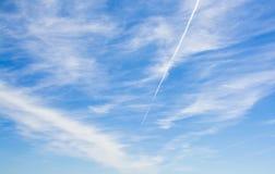 Μπλε ουρανός με λίγα σύννεφα Στοκ εικόνα με δικαίωμα ελεύθερης χρήσης