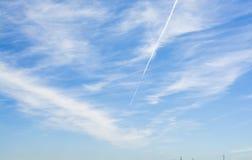 Μπλε ουρανός με λίγα σύννεφα Στοκ φωτογραφίες με δικαίωμα ελεύθερης χρήσης
