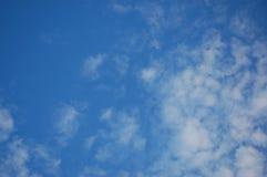Μπλε ουρανός με λίγα σύννεφα Στοκ Φωτογραφία