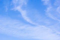 Μπλε ουρανός με τα άσπρα cirrus σύννεφα Στοκ εικόνα με δικαίωμα ελεύθερης χρήσης