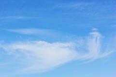 Μπλε ουρανός με τα άσπρα cirrus σύννεφα Στοκ φωτογραφίες με δικαίωμα ελεύθερης χρήσης