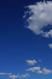 Μπλε ουρανός με τα αυξομειούμενα σύννεφα στοκ φωτογραφίες