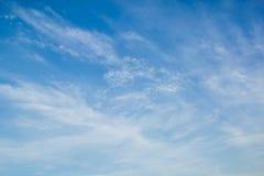 Μπλε ουρανός με τα ελαφριά άσπρα cirrus σύννεφα Στοκ Εικόνα