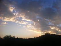 Μπλε ουρανός με τα μεγάλα χρυσά σύννεφα στοκ εικόνα