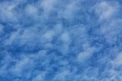 Μπλε ουρανός με τα μικροσκοπικά σύννεφα ως υπόβαθρο Στοκ Εικόνες