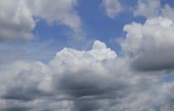Μπλε ουρανός με τα σύννεφα ένα καλοκαίρι Στοκ Εικόνες