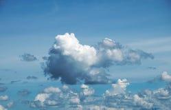 Μπλε ουρανός με τα σύννεφα ένα καλοκαίρι Στοκ Εικόνα