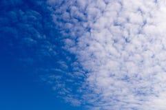 Μπλε ουρανός με τα σύννεφα, σωρείτης irrus Ñ , υπόβαθρο, φύση Στοκ Φωτογραφίες