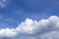 Μπλε ουρανός με τα σύννεφα όμορφα στη φύση Στοκ Φωτογραφίες