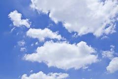Μπλε ουρανός με τα σύννεφα όμορφα στη φύση Στοκ Φωτογραφία