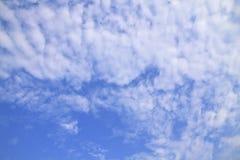 Μπλε ουρανός με τα σύννεφα όμορφα στη φύση Στοκ Εικόνες