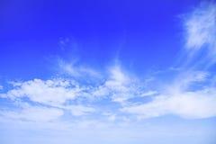 Μπλε ουρανός με τα σύννεφα όμορφα στη φύση Στοκ φωτογραφία με δικαίωμα ελεύθερης χρήσης