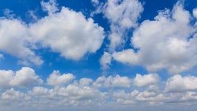 Μπλε ουρανός με την ευρεία οθόνη σύννεφων Στοκ Εικόνες