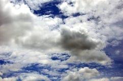 Μπλε ουρανός με την κινηματογράφηση σε πρώτο πλάνο σύννεφων Στοκ Φωτογραφία