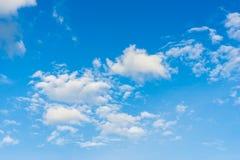Μπλε ουρανός με την κινηματογράφηση σε πρώτο πλάνο σύννεφων Στοκ Εικόνες