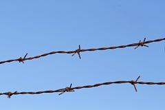 Μπλε ουρανός με την περίφραξη του καλωδίου Στοκ φωτογραφία με δικαίωμα ελεύθερης χρήσης