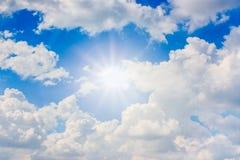 Μπλε ουρανός με τον ήλιο και τα σύννεφα Στοκ Φωτογραφία