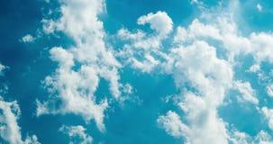 Μπλε ουρανός με τον ηλιόλουστο καιρό σύννεφων φιλμ μικρού μήκους