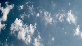 Μπλε ουρανός με τον ηλιόλουστο καιρό σύννεφων απόθεμα βίντεο