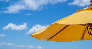 Μπλε ουρανός με το μαλακό σύννεφο και την κίτρινη ομπρέλα Στοκ εικόνες με δικαίωμα ελεύθερης χρήσης