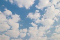 Μπλε ουρανός με το υπόβαθρο και τη σύσταση σύννεφων Στοκ εικόνα με δικαίωμα ελεύθερης χρήσης