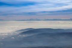 Μπλε ουρανός με το υπόβαθρο σύννεφων και βουνών Στοκ φωτογραφία με δικαίωμα ελεύθερης χρήσης