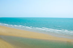 Μπλε ουρανός, μπλε θάλασσα, με την άμμο στην παραλία Άποψη από το βουνό Στοκ εικόνα με δικαίωμα ελεύθερης χρήσης