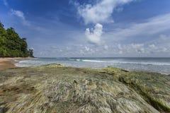 Μπλε ουρανός νησιών καρφιών με τα άσπρα σύννεφα, νησιά Andaman, Ινδία Στοκ εικόνες με δικαίωμα ελεύθερης χρήσης