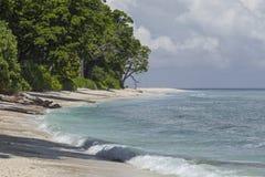 Μπλε ουρανός νησιών Havelock με τα άσπρα σύννεφα, νησιά Andaman, IND Στοκ φωτογραφία με δικαίωμα ελεύθερης χρήσης