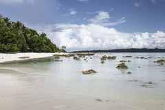 Μπλε ουρανός νησιών Havelock με τα άσπρα σύννεφα, νησιά Andaman, IND Στοκ Φωτογραφία
