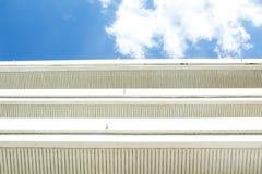 μπλε ουρανός οικοδόμησης στοκ φωτογραφία με δικαίωμα ελεύθερης χρήσης