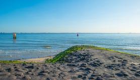 Μπλε ουρανός πέρα από μια παραλία κατά μήκος της θάλασσας Στοκ Εικόνα
