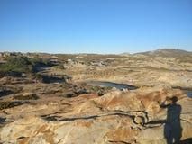Μπλε ουρανός πέρα από την παραλία θάλασσας και βράχου Στοκ φωτογραφία με δικαίωμα ελεύθερης χρήσης