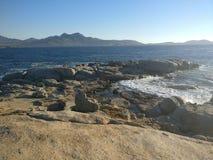 Μπλε ουρανός πέρα από την παραλία θάλασσας και βράχου Στοκ Φωτογραφία