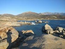 Μπλε ουρανός πέρα από την παραλία θάλασσας και βράχου Στοκ Εικόνα