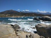 Μπλε ουρανός πέρα από την παραλία θάλασσας και βράχου Στοκ εικόνες με δικαίωμα ελεύθερης χρήσης