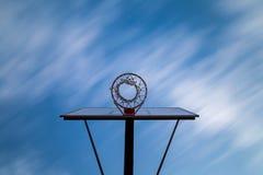μπλε ουρανός στεφανών καλαθοσφαίρισης κάτω Στοκ Φωτογραφίες
