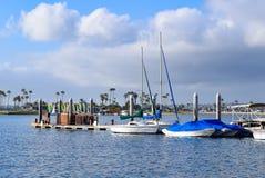 Μπλε ουρανός, σύννεφα και βάρκες σε μια αποβάθρα στον κόλπο αποστολής στο Σαν Ντιέγκο, Καλιφόρνια Στοκ εικόνες με δικαίωμα ελεύθερης χρήσης