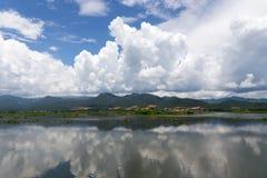 Μπλε ουρανός τα σύννεφα που απεικονίζονται με στη λίμνη Inle Στοκ Εικόνες