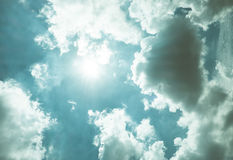 Μπλε ουρανός της Νίκαιας με την ακτίνα ήλιων με τη νεφελώδη, ακτίνα ελπίδας Στοκ φωτογραφία με δικαίωμα ελεύθερης χρήσης