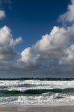 Μπλε ουρανός τραχιάς θάλασσας και άσπρα σύννεφα Στοκ Εικόνα