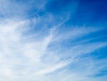 Μπλε ουρανός Cloudscape σε ηλιόλουστο Στοκ Φωτογραφία