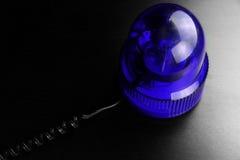Μπλε οχημάτων αστυνομίας ΛΦ αναγνωριστικών σημάτων έκτακτης ανάγκης προειδοποίησης στροβοσκόπιων περιστρεφόμενο Στοκ Εικόνες