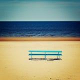 Μπλε πάγκος στην κενή παραλία - εκλεκτής ποιότητας φωτογραφία Seascape πάγκων και άνοιξη πικ-νίκ - αναδρομικό φίλτρο Στοκ φωτογραφία με δικαίωμα ελεύθερης χρήσης