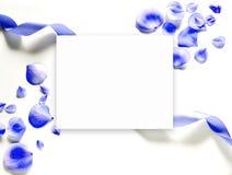 Μπλε πέταλα λουλουδιών σε ένα άσπρο υπόβαθρο Στοκ Εικόνες