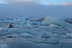 Μπλε παγόβουνα που επιπλέουν στη λιμνοθάλασσα jokulsarlon στην Ισλανδία Στοκ Εικόνα