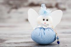 Μπλε παιχνίδι για το αγόρι που προετοιμάζεται ως δώρο για το ντους μωρών Στοκ Φωτογραφίες