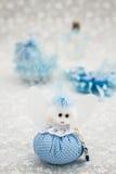 Μπλε παιχνίδι για το αγόρι που προετοιμάζεται ως δώρο για το ντους μωρών Στοκ φωτογραφία με δικαίωμα ελεύθερης χρήσης