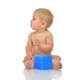 Μπλε παιχνίδι τούβλων εκμετάλλευσης παιχνιδιού μικρών παιδιών αγοράκι παιδιών νηπίων μέσα Στοκ Εικόνα